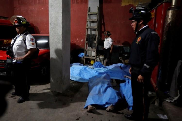 В результате извержения вулкана в Гватемале погибли 25 человек