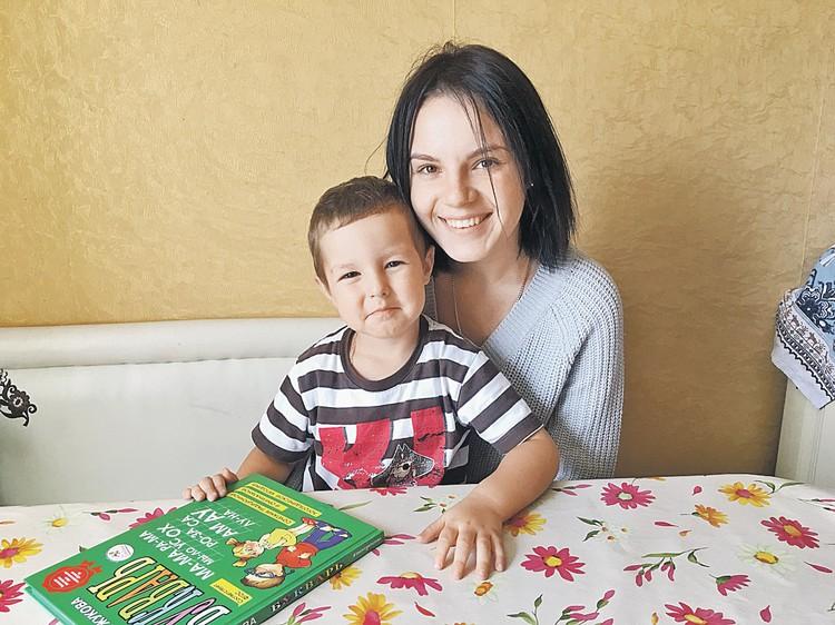 Младший сынок приболел, и Рита сидит с ним дома. Со всеми делами управляется самостоятельно, как и раньше.