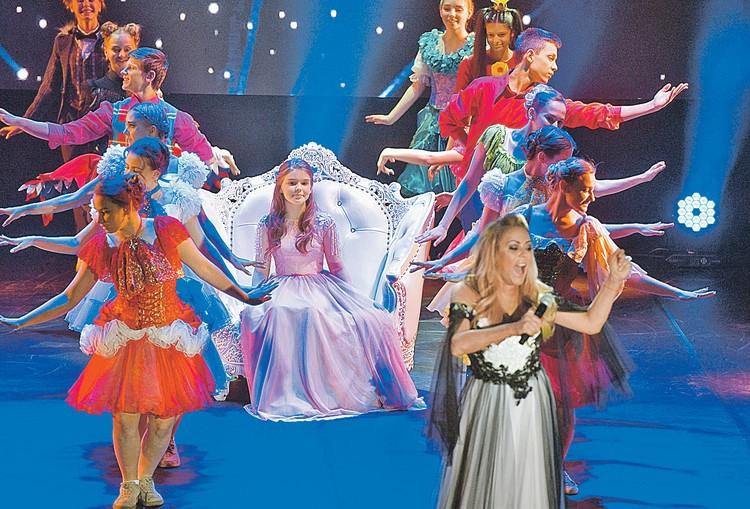 Женя Абдулова (в центре) уверенно держалась на сцене.
