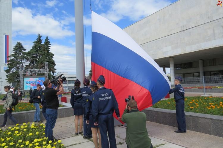 Церемония поднятия государственного флага РФ.