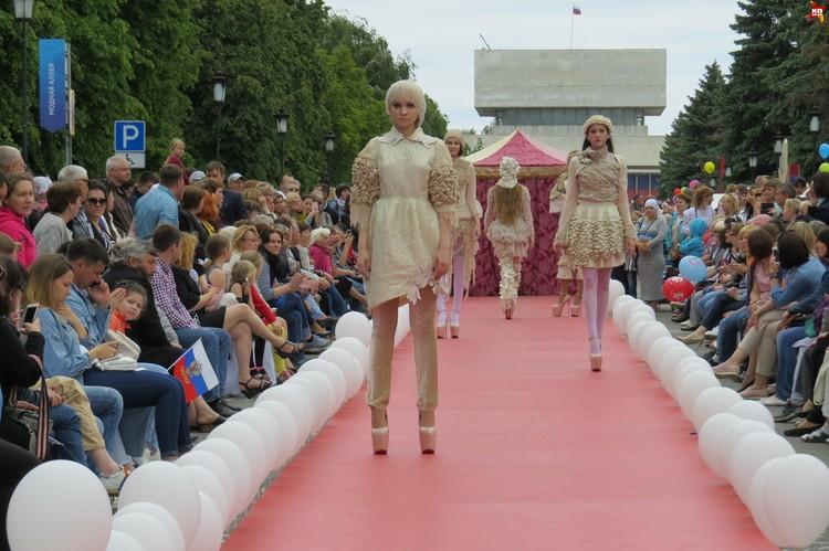 Модный показ - тоже часть праздника.