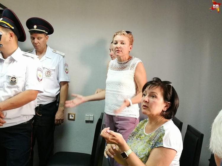 Заступиться за Жданова в суд пришли его жена и родственница.
