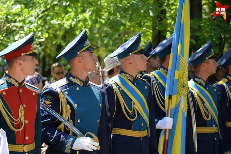 На церемонии присутствовали курсанты военно-воздушной академии.