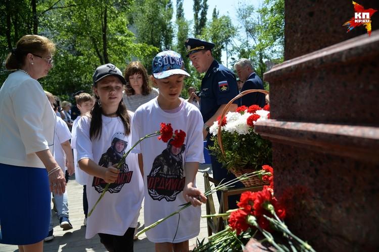 Школьники разных возрастов присутствовали на церемонии.