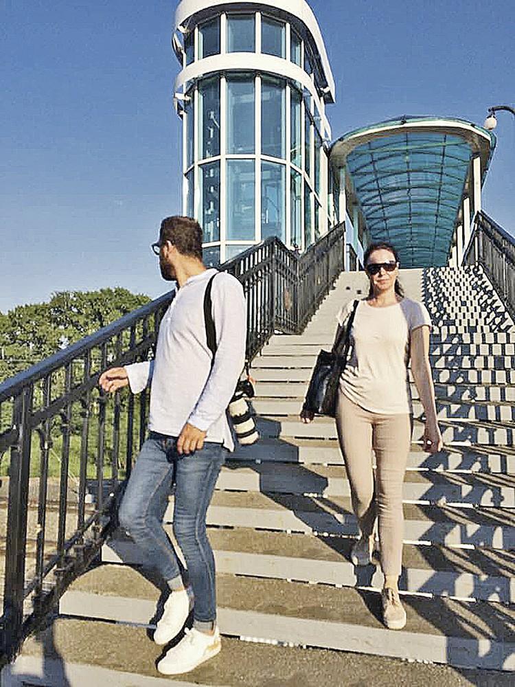 ...и молодым, и старым приходится карабкаться по лестницам на переход.