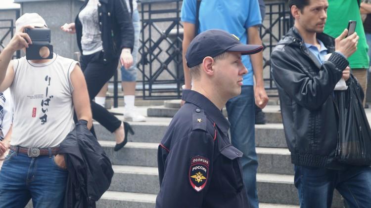 Полицейский попытался разогнать протестующих