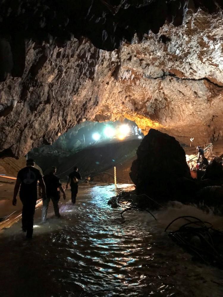 В пещере остаются заблокированными еще 4 ребенка и один взрослый