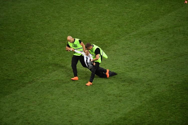 Во время игры на поле выбежали посторонние люди. Их вывели под руки секьюрити