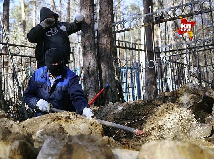 Рабочие вскрывают могилу