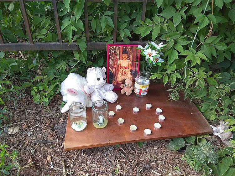 Рядом с местом убийства девочки до сих пор ее фотография