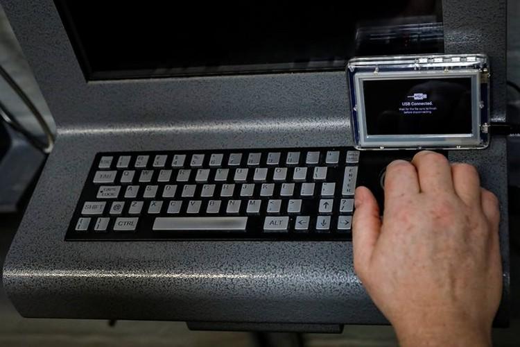 Заключенные взломали терминалы через планшеты