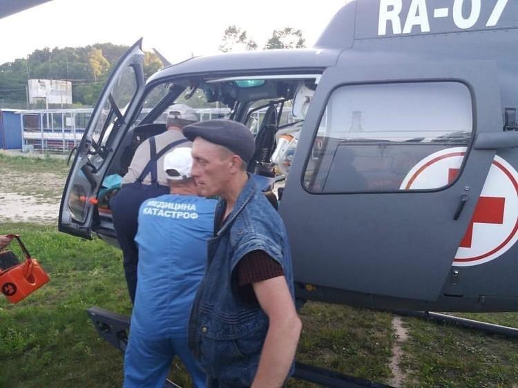 За ребятами прилетел медицинский вертолет.Фото: dpscontrol_125rus