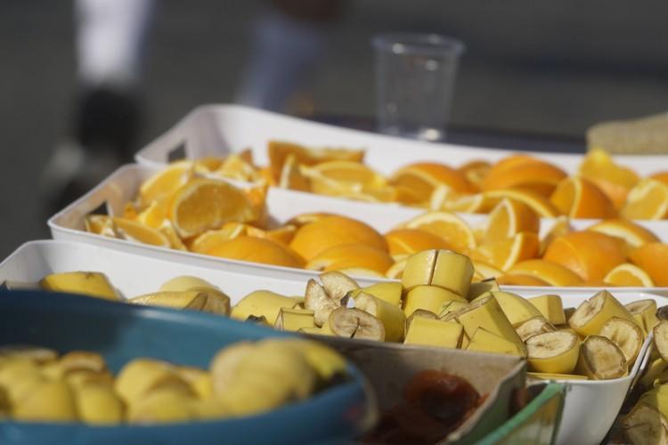 На дистанции раздают фрукты