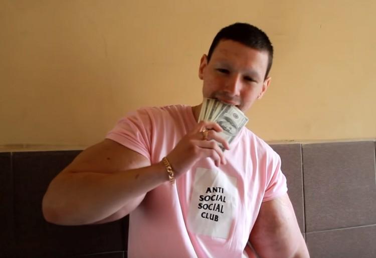 Фрик хвастается своим богатством