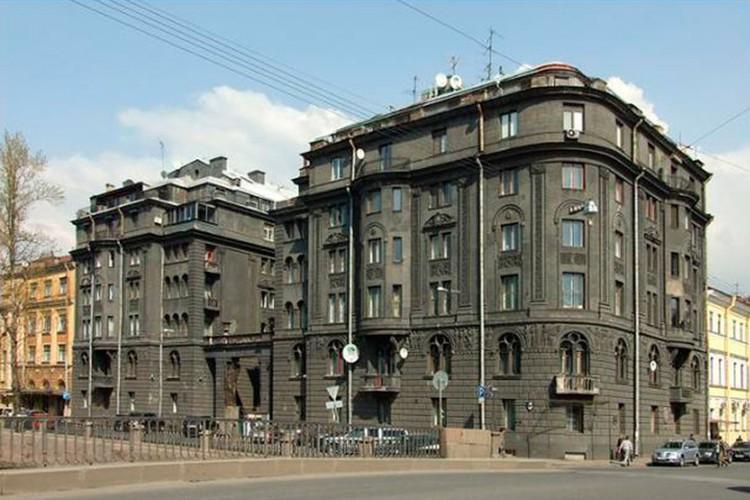 В этом доме на набережной в центре Петербурга несколько лет жили Сергей Шнуров и Матильда. Фото: www.citywalls.ru