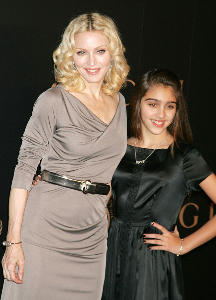 Мадонна родила дочь Лурдес от фитнес-тренера Карлоса Леона