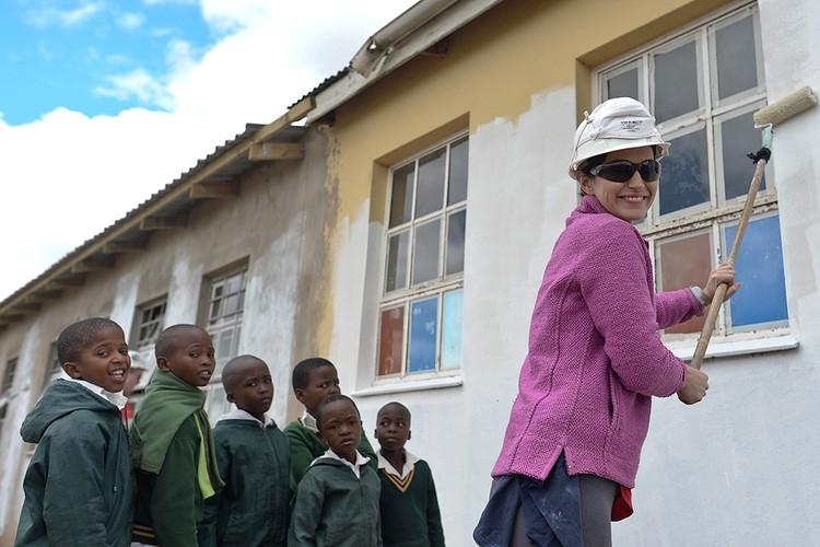 У здания новой школы, построенной волонтерами.