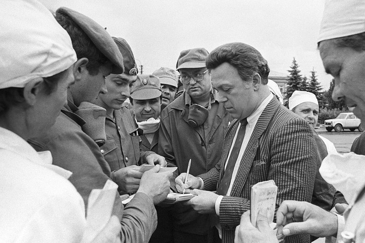 Иосиф Кобзон среди ликвидаторов аварии на Чернобыльской АЭС, июль 1986 года. ФОТО Владимир Репик/TACC