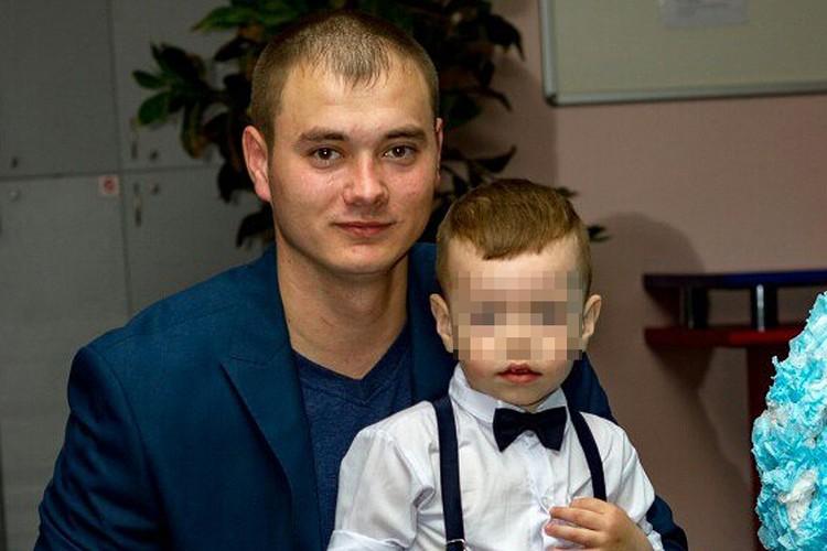 Убитый полицейский Андрей Райский с сыном.