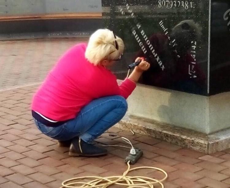 Женщина, видимо, пытается исправить ошибку. Фото из группы Лабытнанги Info во Вконтакте