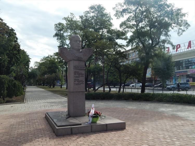 Первая точка на маршруте – Героя Советского Союза, маршала Фёдора Толбухина.
