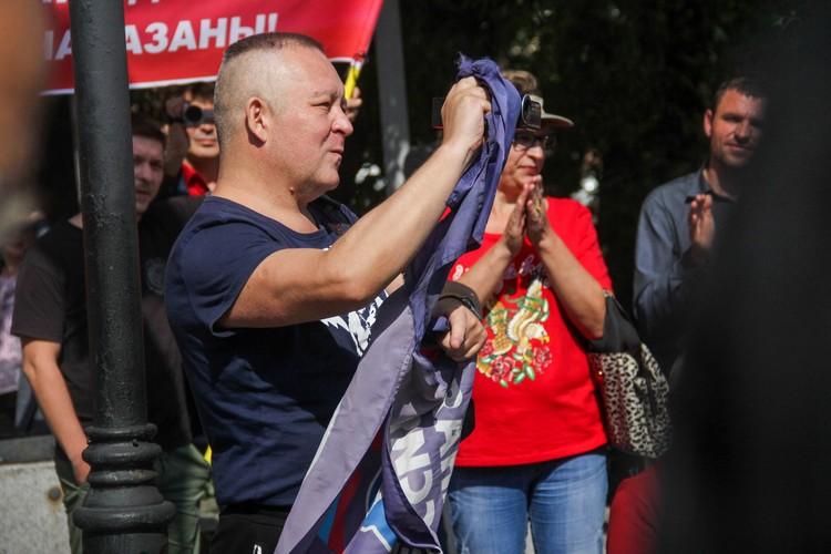 Флаг «Единой России» порвали на глазах у собравшихся