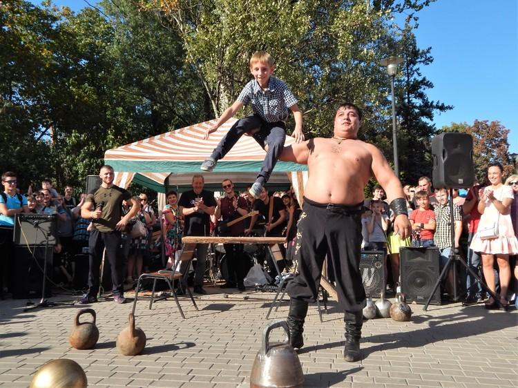 Для богатыря из Донбасса не проблема поднять мальчишку одной рукой