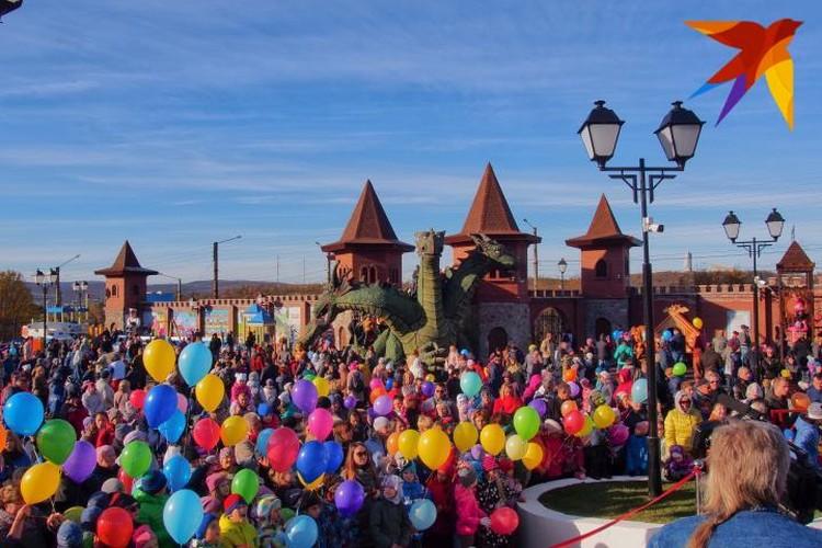 Старина Змей Горыныч еще никогда не пользовался таким ажиотажем - сотни человек пришли его навестить.