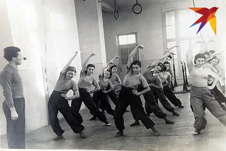 Семен ведет урок физической культуры в вузе Пятигорска.