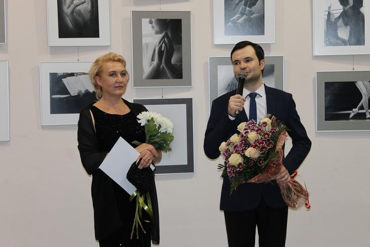 Поздравил фотографа с открытием выставки генеральный директор-художественный руководитель Донецкой государственной академической филармонии Александр Парецкий