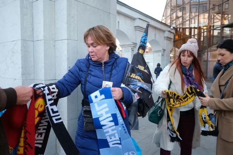 У метро развернули торговлю флашками и шарфами с символикой группы