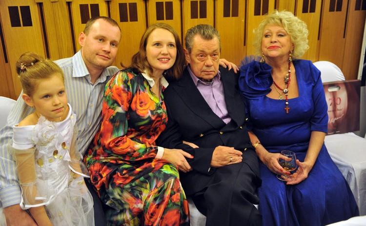Николай Караченцов с супругой Людмилой Поргиной и их сын Андрей с женой Ириной и дочкой.