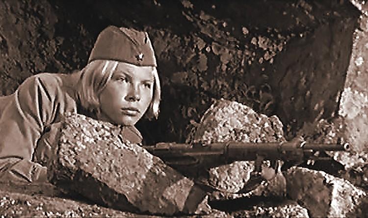 В очаровательную Лизу Бричкину (ее роль исполнила Лена Драпеко) из фильма «...А зори здесь тихие» (1972 г.) были влюблены мужчины всего Советского Союза.