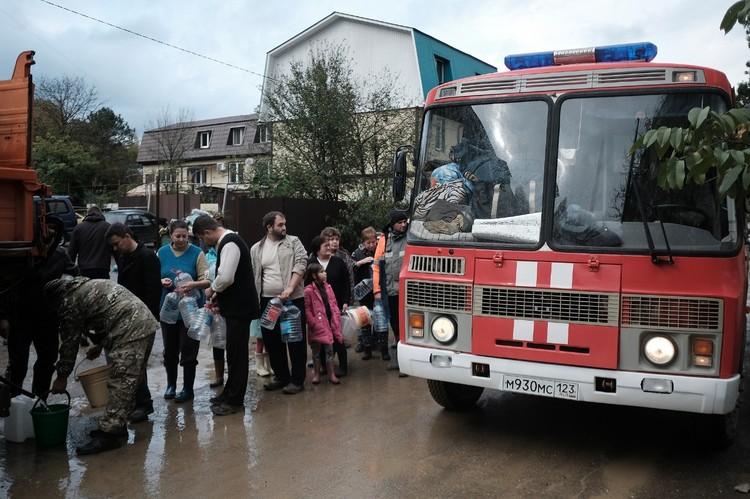 Мобильный пункт раздачи питьевой воды. ФОТО УМЧС Краснодарского края