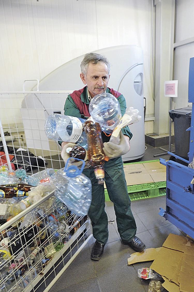 Контейнер для сбора пластика вмещает в себя 10-11 кг пластиковых бутылок.