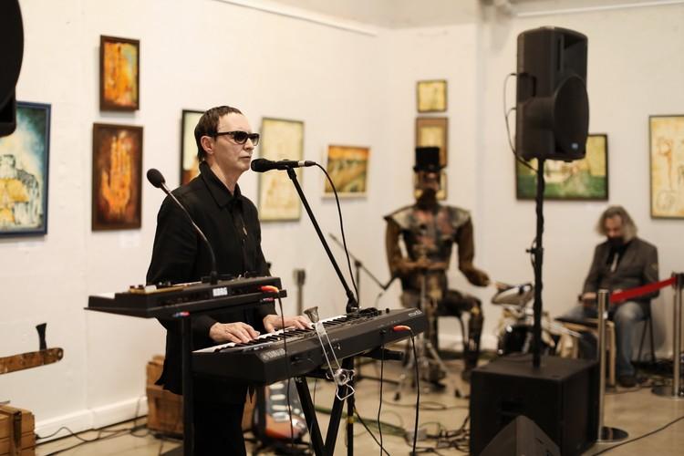 Робот-барабанщик аккомпанировал маэстро лишь в нескольких песнях - по словам Шклярского, ему требуется гораздо больше отдыха, чем живому музыканту.