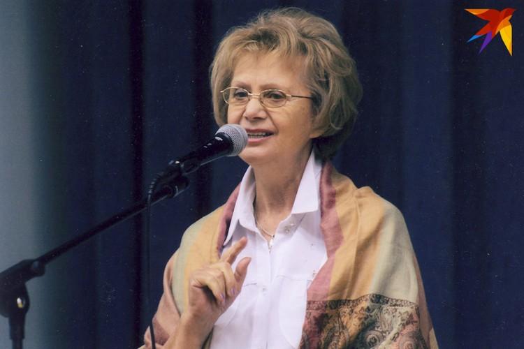 Зинаида Бондаренко часто ведет культурные мероприятия. Фото: Личный архив