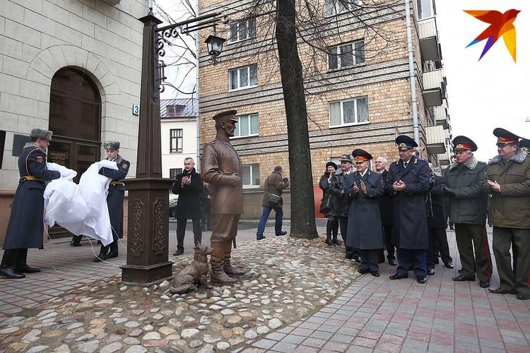 Скульптуру установили в честь 100-летия белорусской милиции
