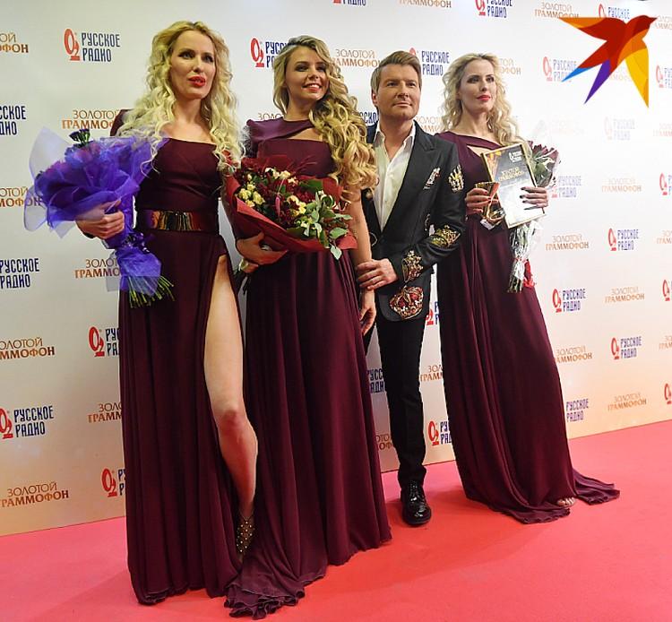 К журналистам Басков вышел в сопровождении красавиц из группы Queens