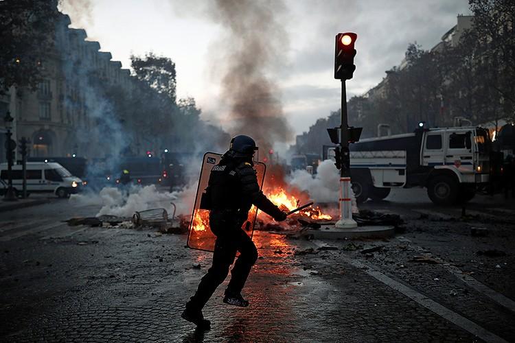 Французская полиция арестовала более сотни участников уличных протестов.