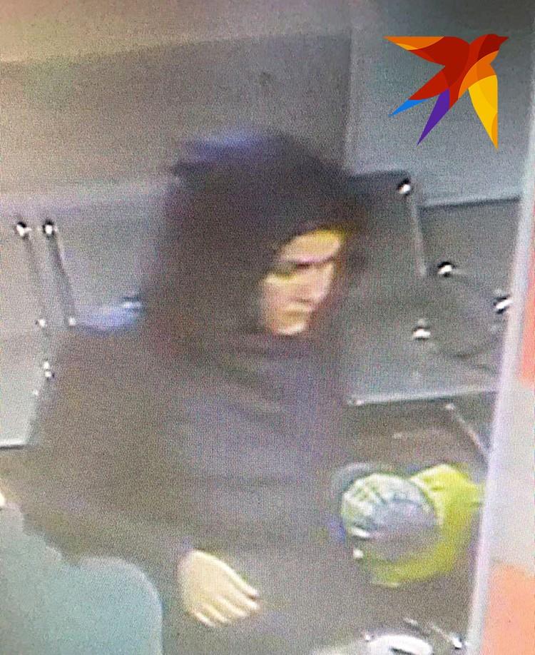 Полицейскими разыскивается женщина. На вид около 30 лет, рост около 170 см, среднего телосложения, волосы темные сплетены в косу длиной ниже плеч