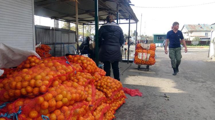 На границе традиционное столпотворение мандариновщиков.