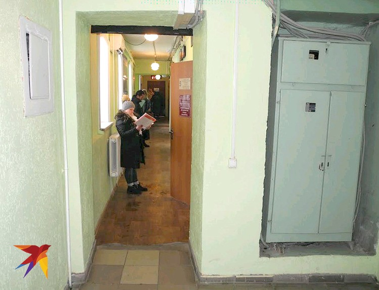 Сейчас в коридоре миграционного отдела посетители.
