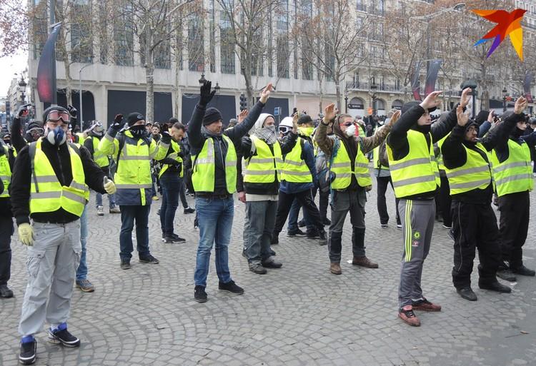 """Участники движения """"желтые жилеты"""" протестуют против повышения цен на бензин"""