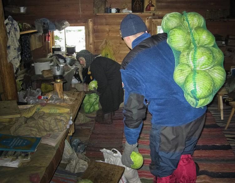 Сотрудники МЧС Хакасии часто навещают Агафью Лыкову и помогают ей. Фото: пресс-служба ГУ МЧС по Хакасии
