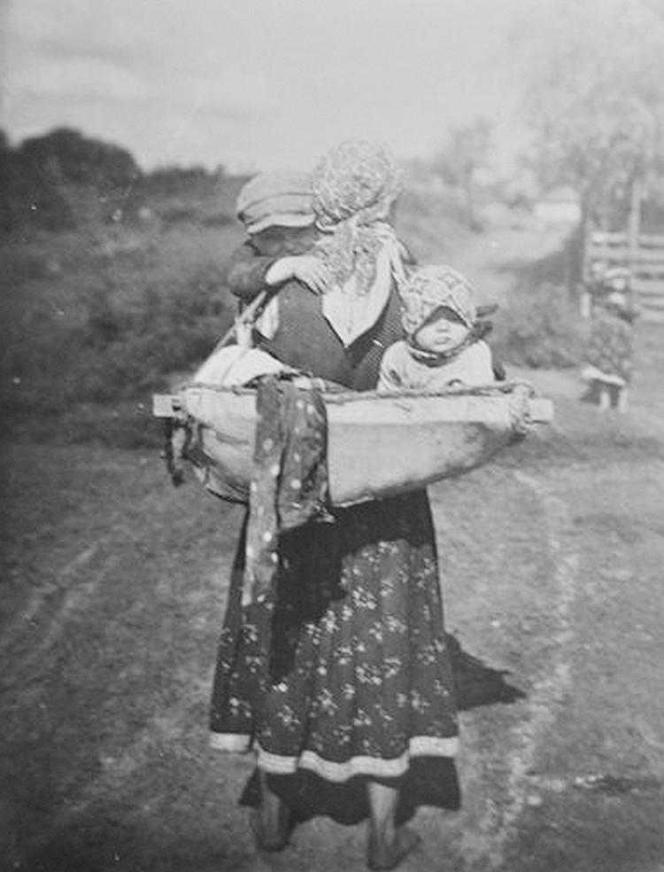 В прежние времена не было декретных отпусков – три дня по дому помогала повитуха, а потом мать брала деток с собой повсюду. Фото: perunica.ru