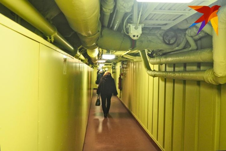 В коридорах достаточно места, чтобы 3 взрослых человека прошли бок о бок.