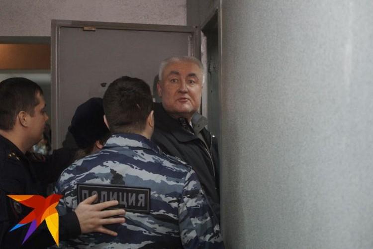 """Сначала Миронов не хотел общаться с журналистами, но ближе к конце заседания все-таки назвал случившееся """"провокацией""""."""