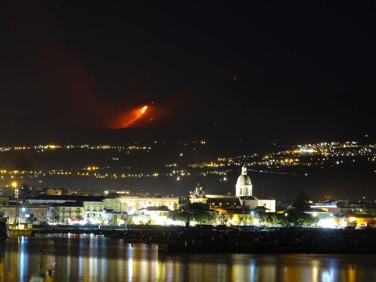 Вид вулкана Этны со стороны порта Рипосто