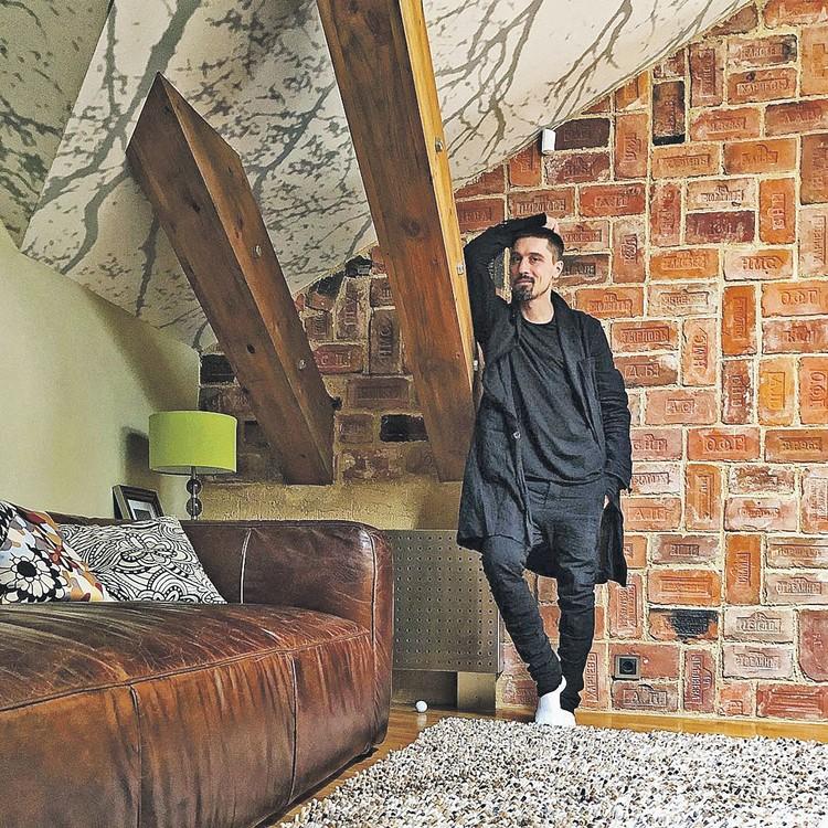 Одна из стен в загородном доме Билана выложена кирпичами XIX века. Фото: instagram.com/bilanofficial
